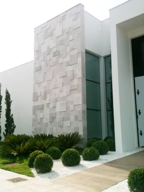 Mosaico de pedra branca na fachada de casa