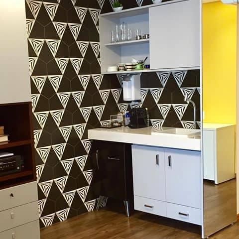 Cozinha simples com espaço para a cafeteira