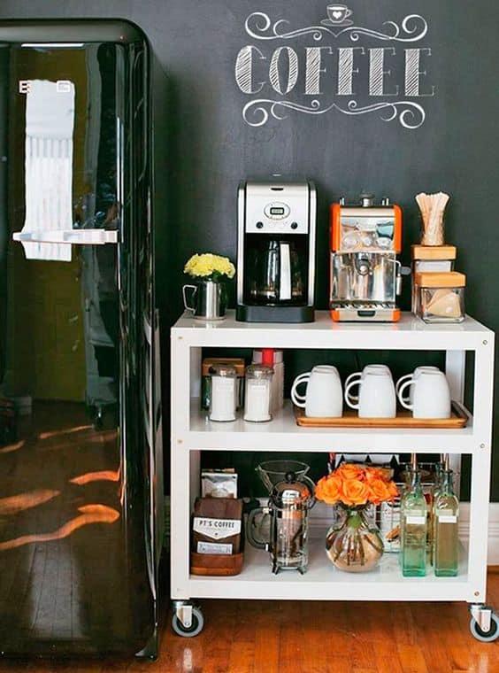 Carrinho para bebidas e cafeteira no espaço gourmet