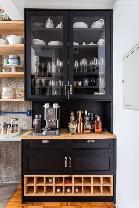 Cristaleira sob medida preta com local para bebidas e café