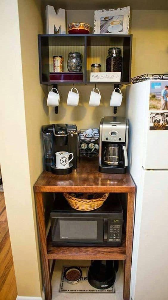 Estante simples com nichos para bebidas, café e decoração