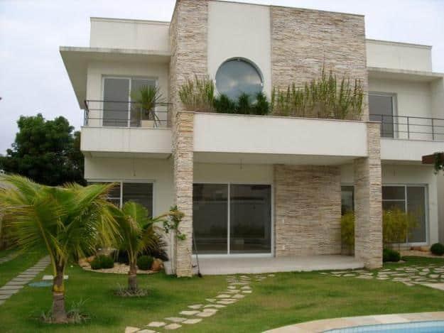 Casa de 2 pisos com pedra decorativa na fachada