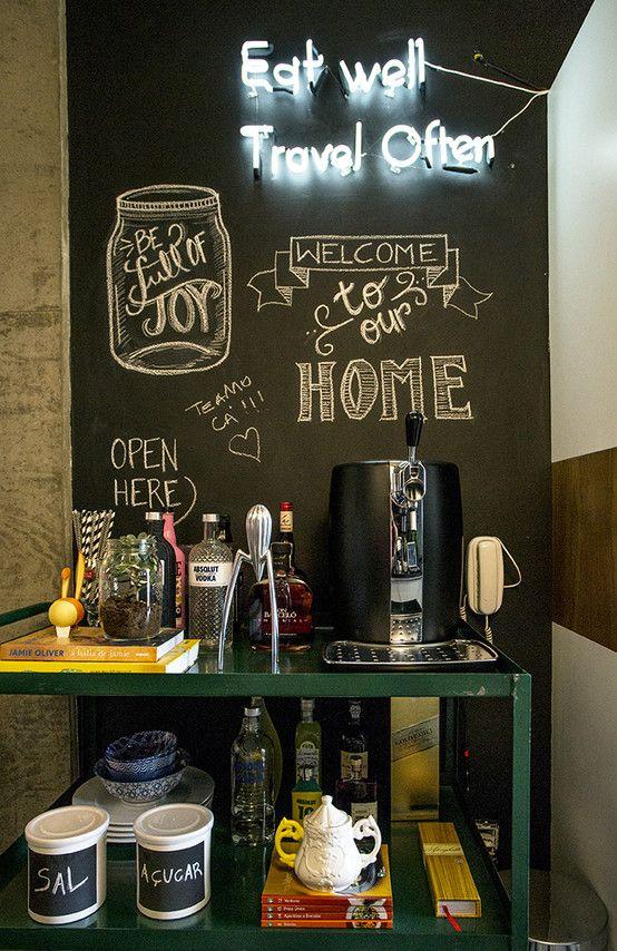 Carrinho de metal para café e parede de lousa com luminária neon
