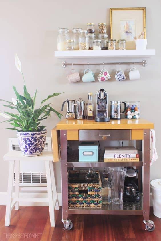 Carrinho com rodízios e xícaras penduradas para o café