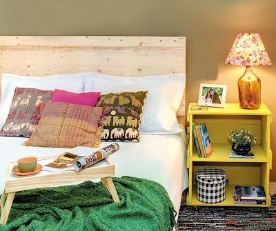 Mesa de cabeceira feita de caixotes amarelos
