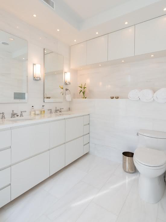 Banheiro decorado elegante todo branco