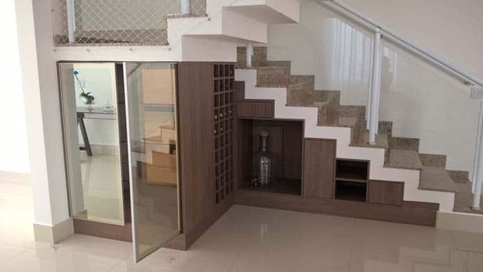 adega sob medida embaixo da escada