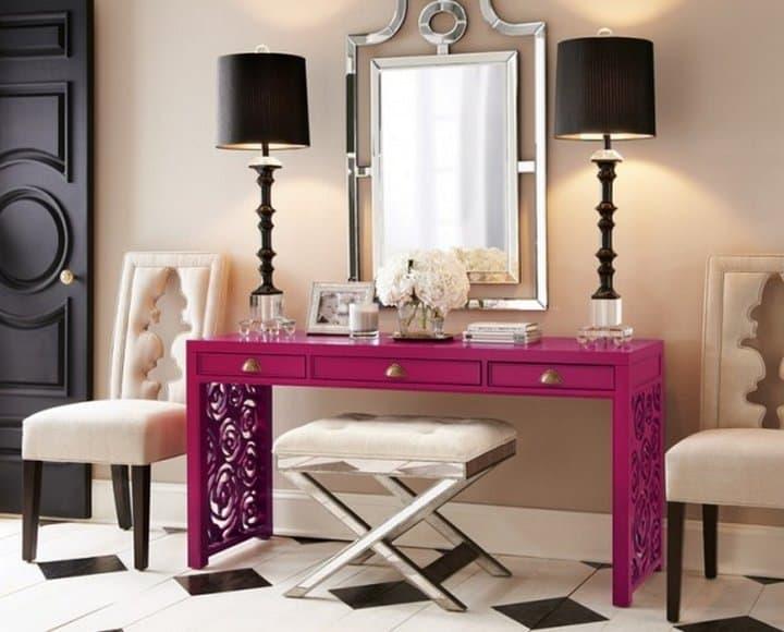 Decoração com abajures em aparador rosa tipo penteadeira