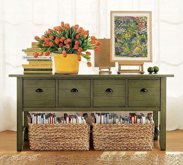 Ideia para organizar livros com aparador de madeira verde