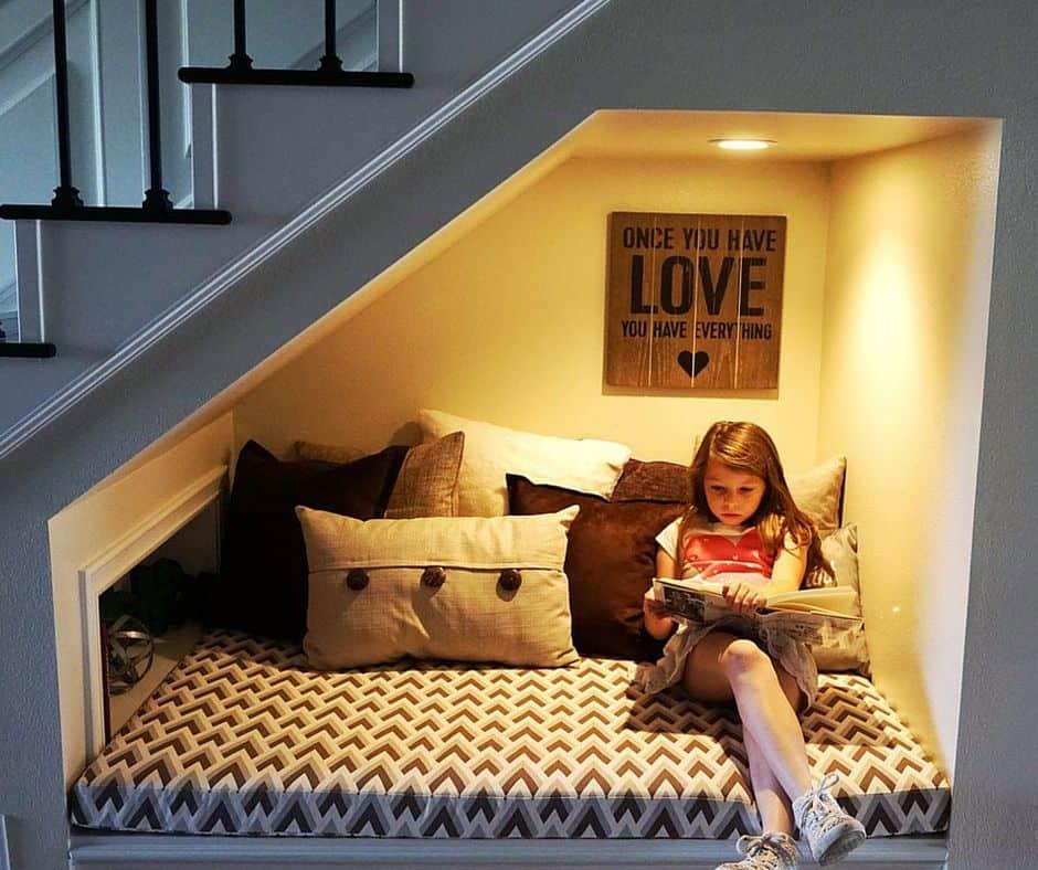Futons abaixo da escada para leitura