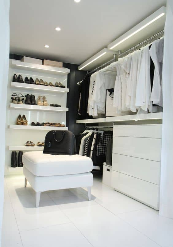 fita de led nas prateleiras do closet