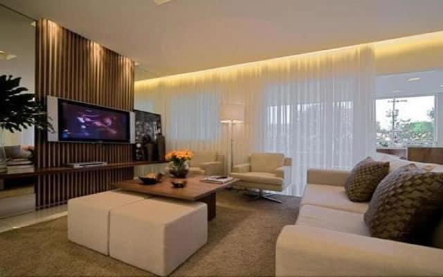 cortineiro iluminado na sala moderna