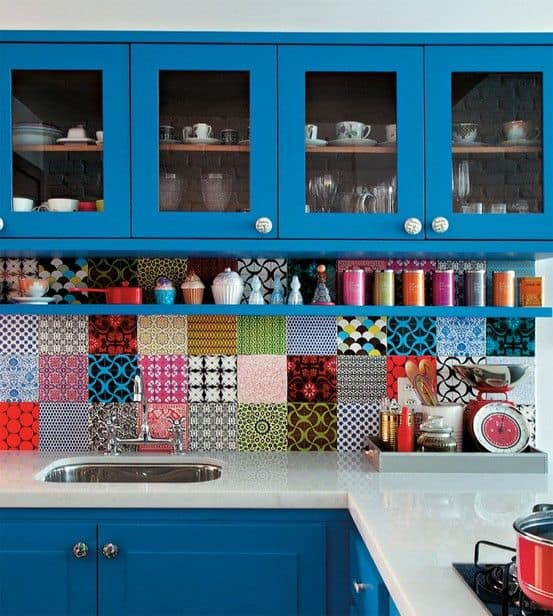 Móveis de cozinha azul com revestimento de ladrilhos coloridos