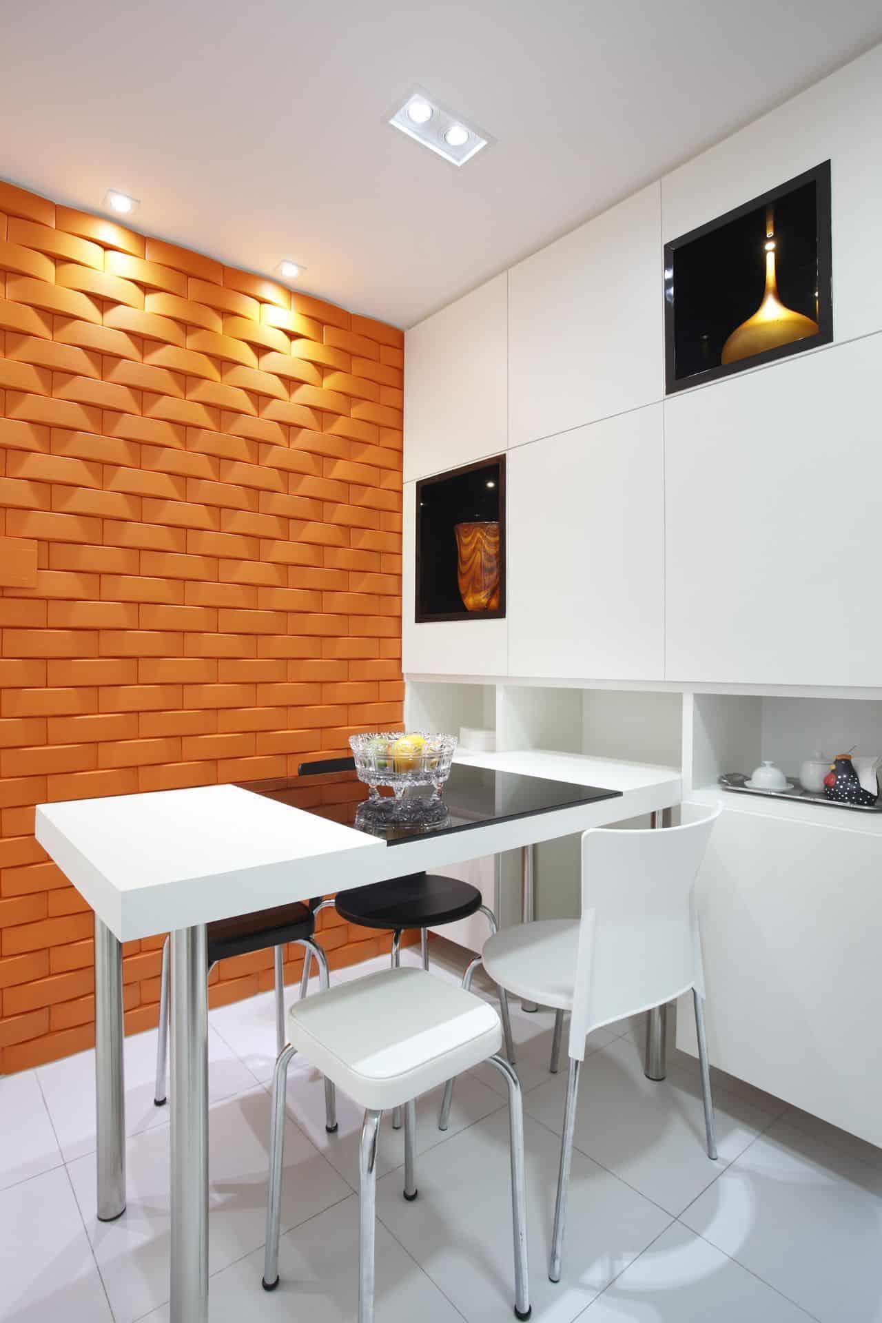 Revestimento 3d laranja na cozinha branca