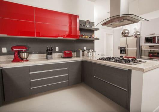 Marcenaria de cozinha cinza com vidros vermelhos