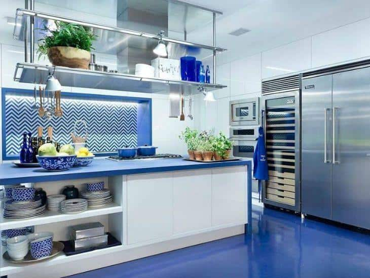Decoração de cozinha azul com móveis brancos