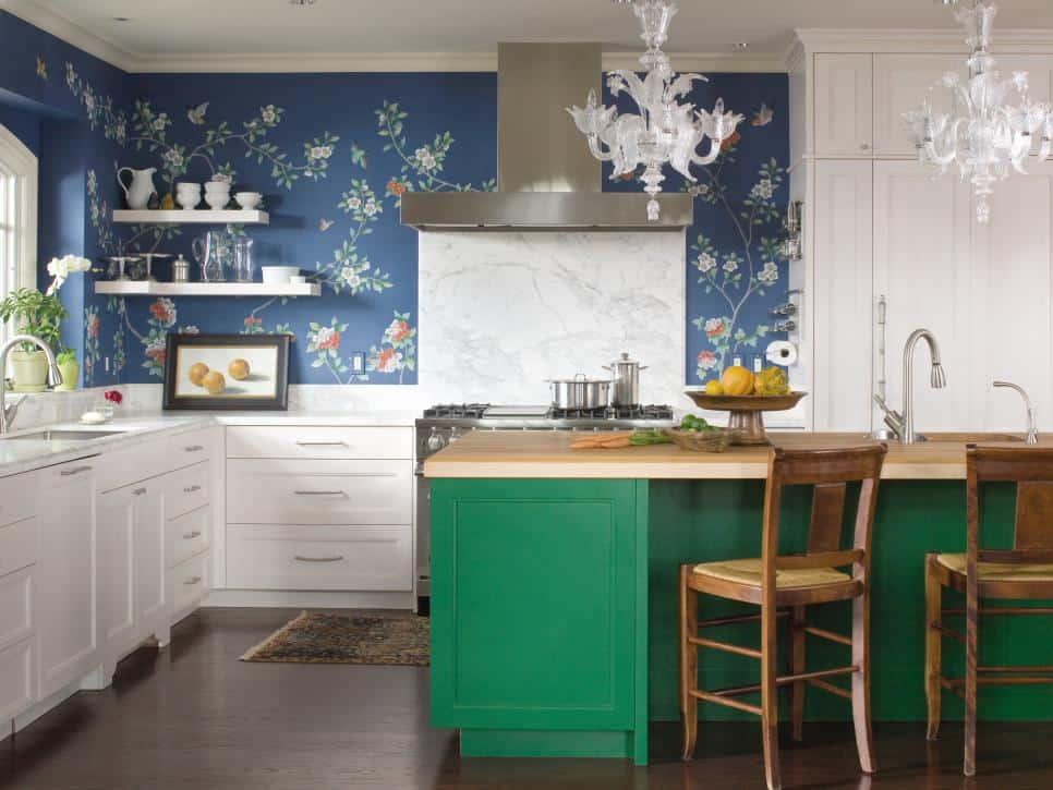 Floral azul na parede da cozinha com bancada verde