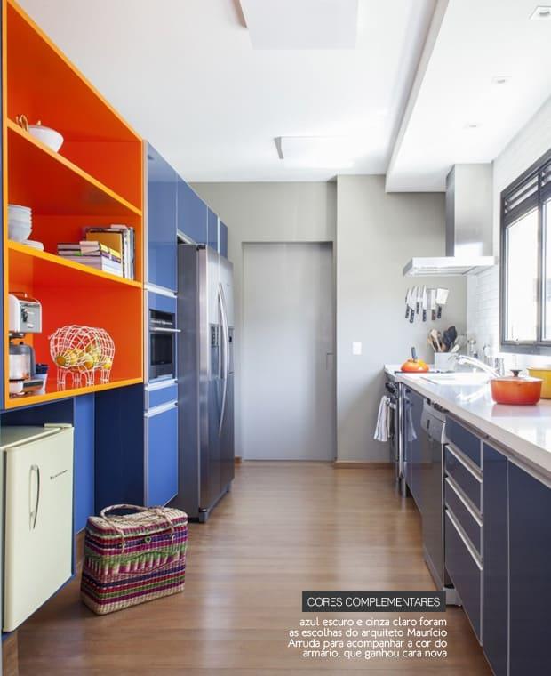 Móveis de cozinha azul com laranja