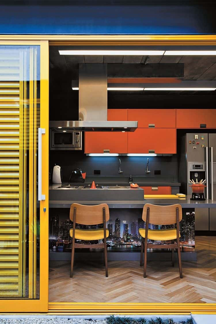 Decoração de cozinha com laranja, cinza, amarelo e azul