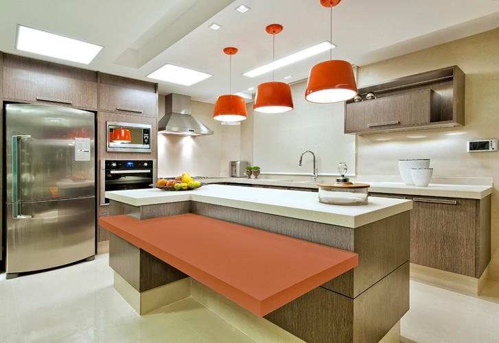 Cozinha de mdf amadeirado com detalhes laranjas