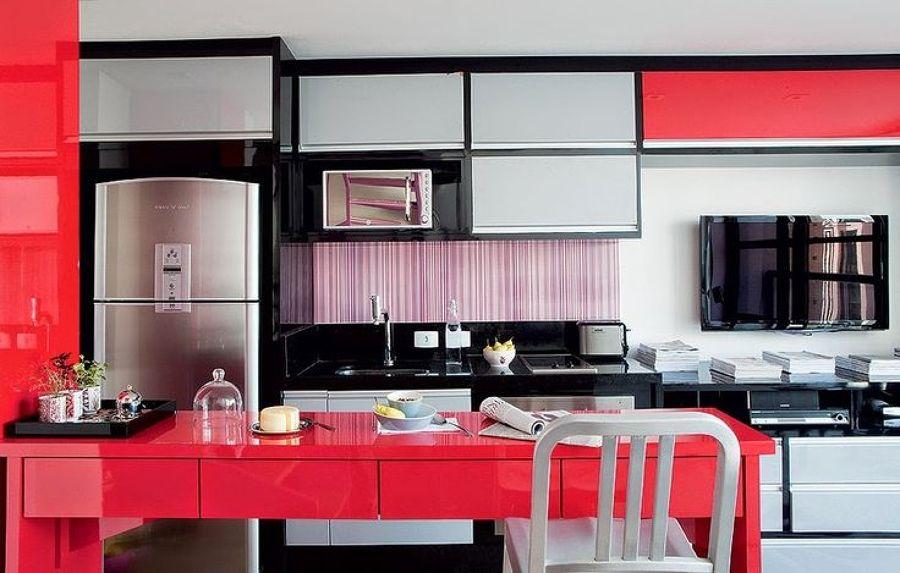 Cozinha preta com detalhes cinzas e vermelhos