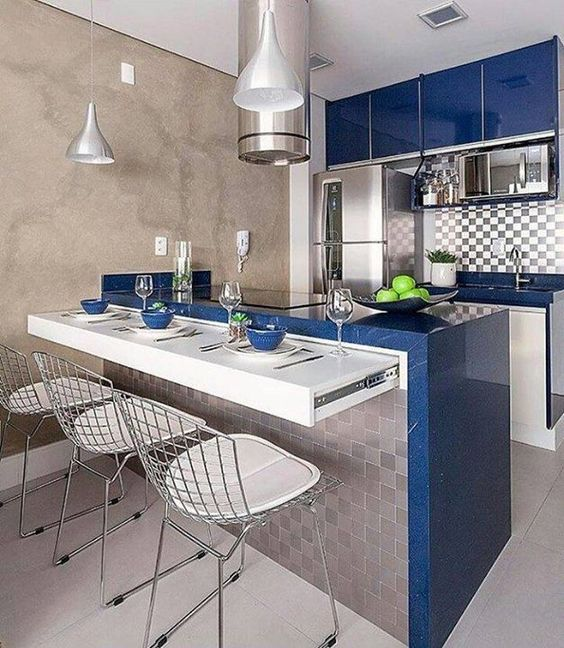 Cozinha com tampo azul e parede de cimento queimado