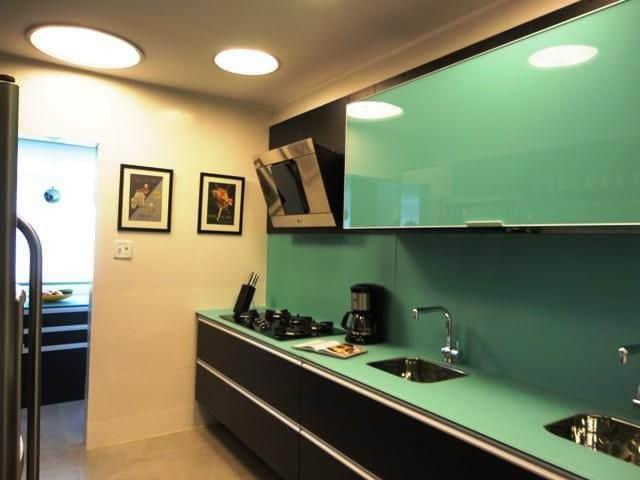Verde água nos móveis da cozinha com preto