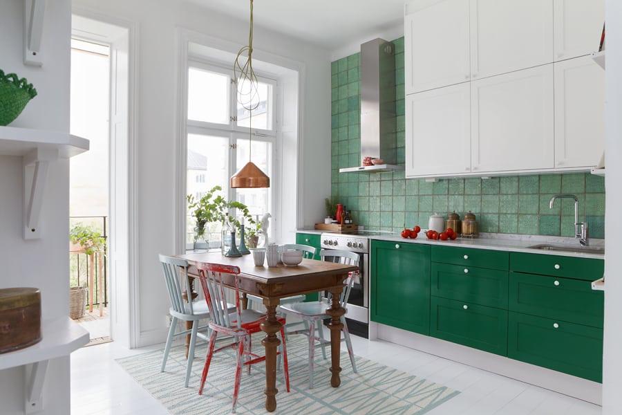Cozinha com móveis verdes com pastilhas