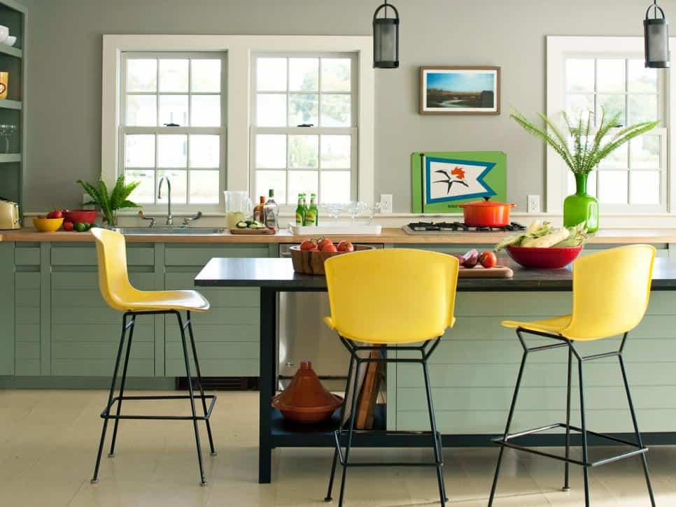 Móveis verde claro com banquetas amarelas
