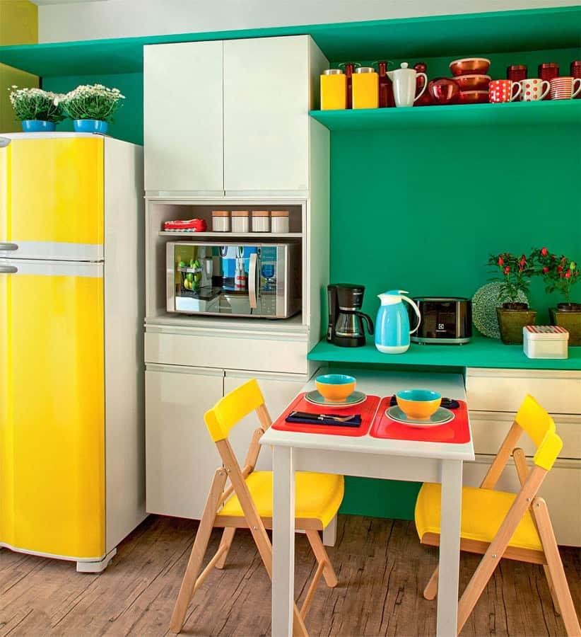 Cores fortes na cozinha verde e amarela