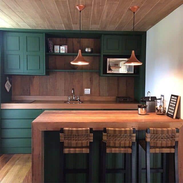 Cozinha rústica madeira e verde escuro
