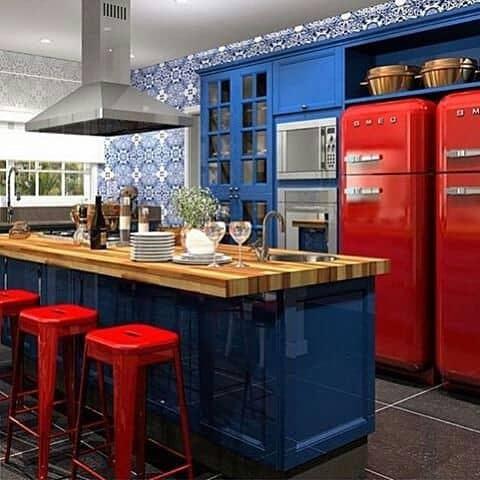 Cozinha com decoração azul e vermelho