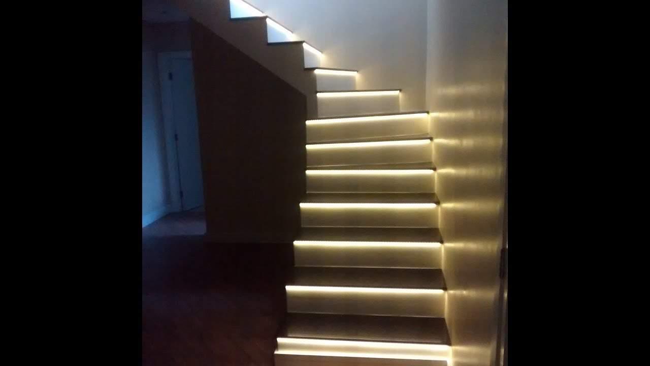 degraus da escada iluminados com fita de LED