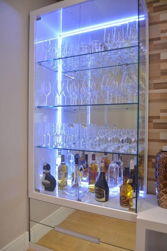 cristaleira com fita de LED nas prateleiras de vidro