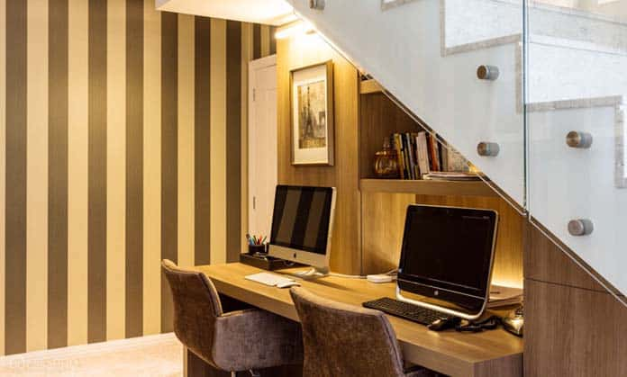 Home office abaixo da escada para 2