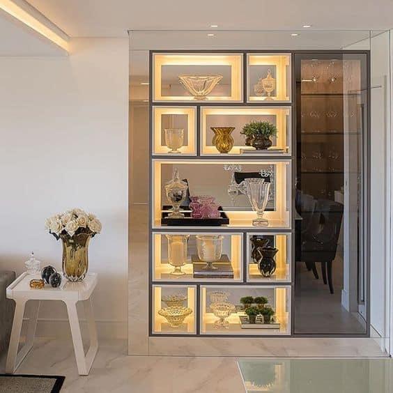 Estante com nichos iluminados com fita de LED