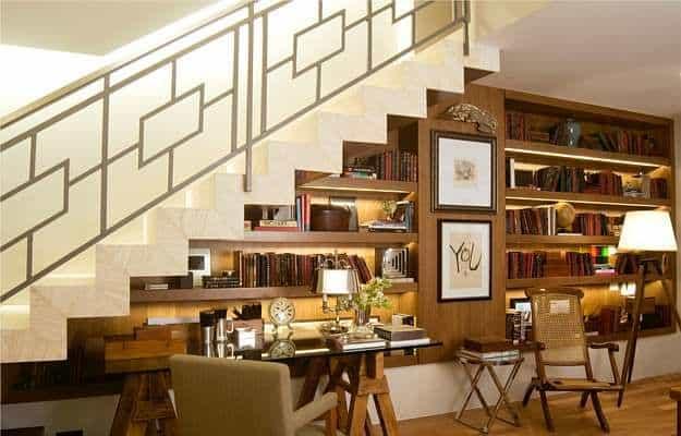 estante moderna embaixo da escada