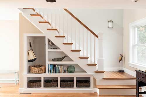 estante de gesso embaixo da escada