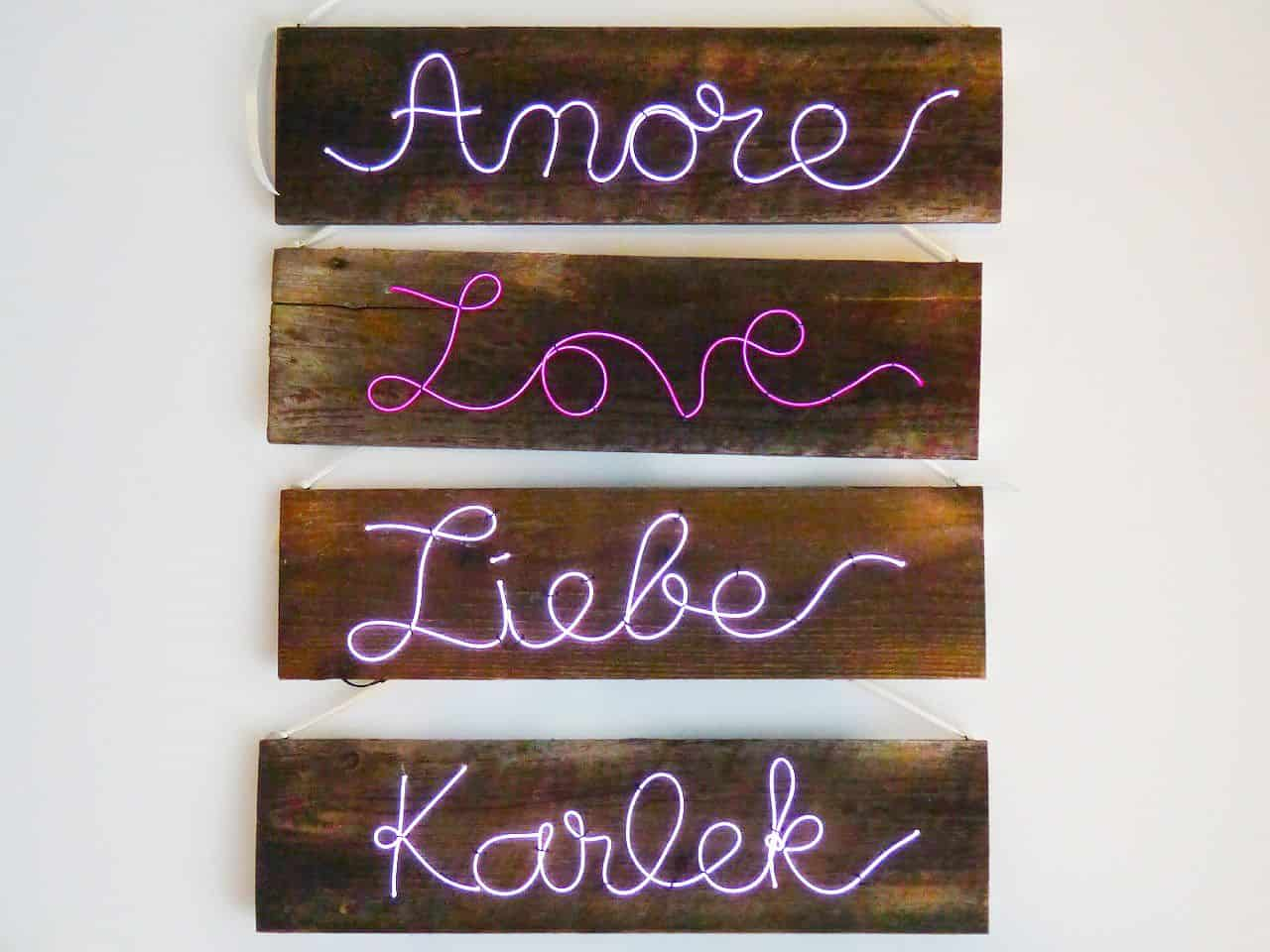 Palavra amor em vários idiomas em Neon
