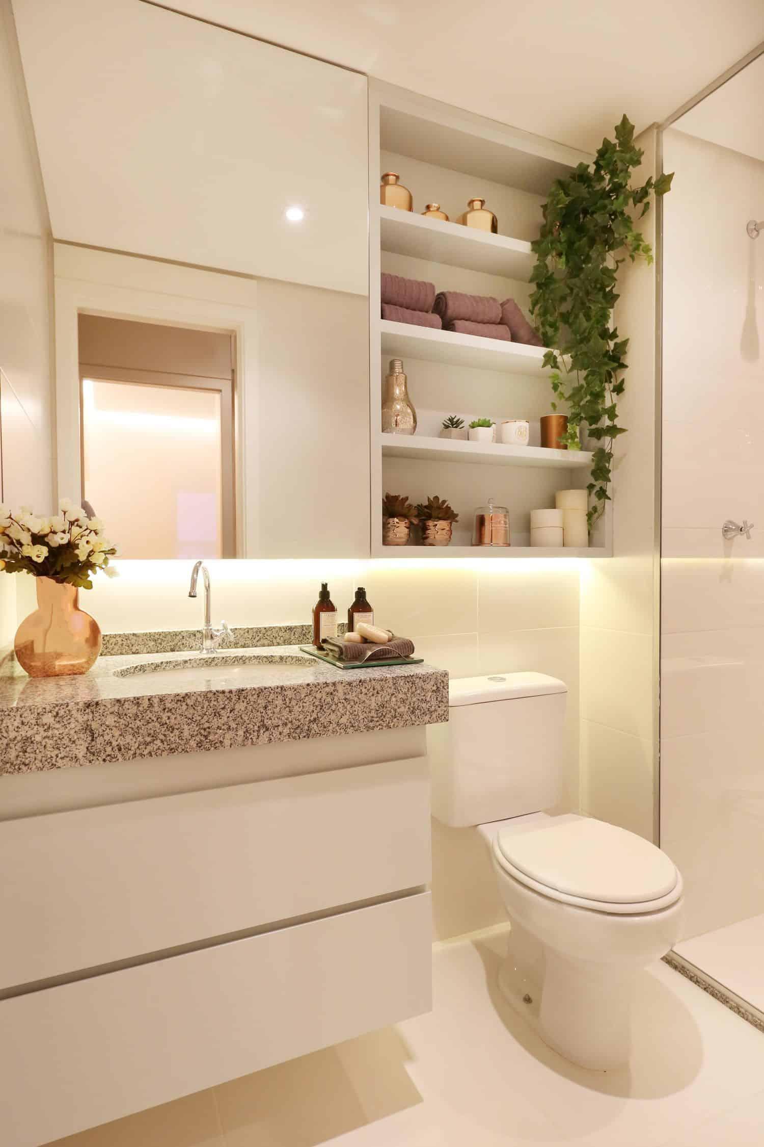 Banheiro branco simples com vegetação