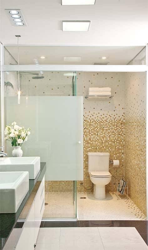 Banheiro branco com pastilhas douradas