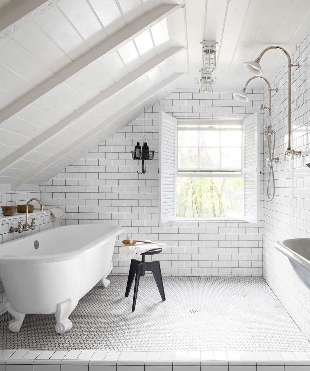 Banheiro com decoração industrial todo branco