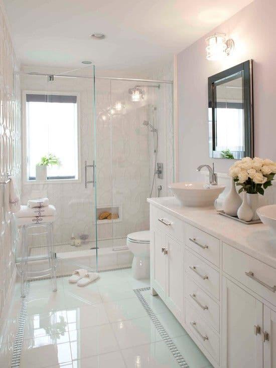 Banho elegante todo branco com parede de textura branca