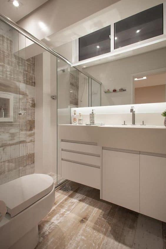 Piso com porcelanato que imita madeira pátina no banheiro branco