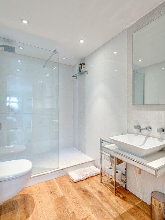 Banheiro simples branco com piso de madeira