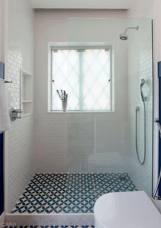 Banheiro branco com piso de ladrilho hidráulico