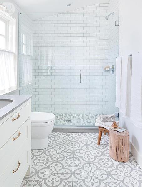Piso geométrico cinza no banheiro branco