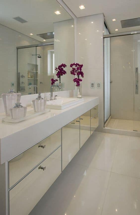 Banho branco com móvel de portas de espelho