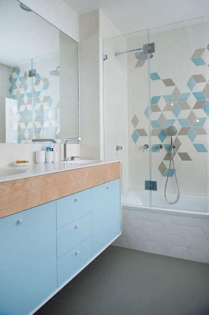 Banho clarinho com azul, bege e branco