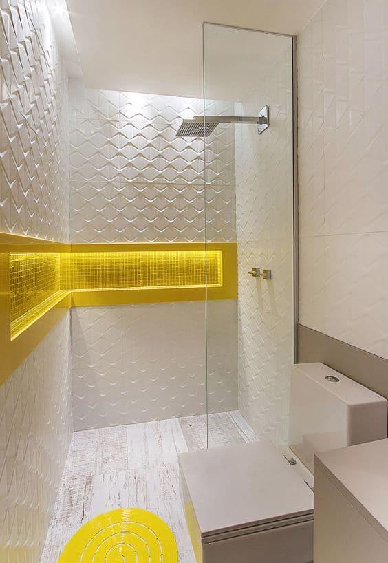 Banheiro branco com nicho amarelo na parede e revestimento 3D